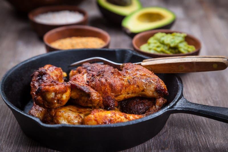 Зажаренные ноги и крыла цыпленка с гуакамоле стоковая фотография rf