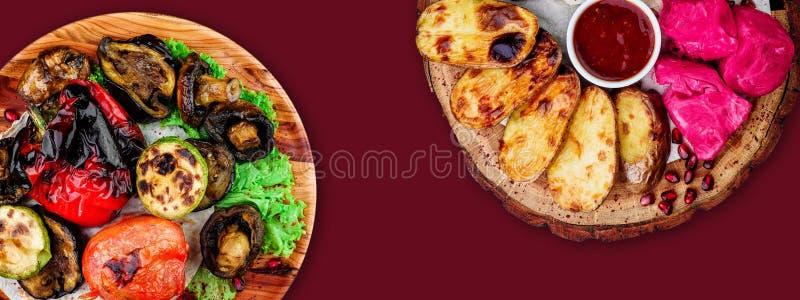 Зажаренные овощи на деревянных досках изолированных на коричневой предпосылке r r r стоковое изображение