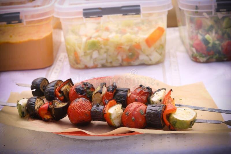 Зажаренные овощи на продовольственном рынке vegan стоковое изображение