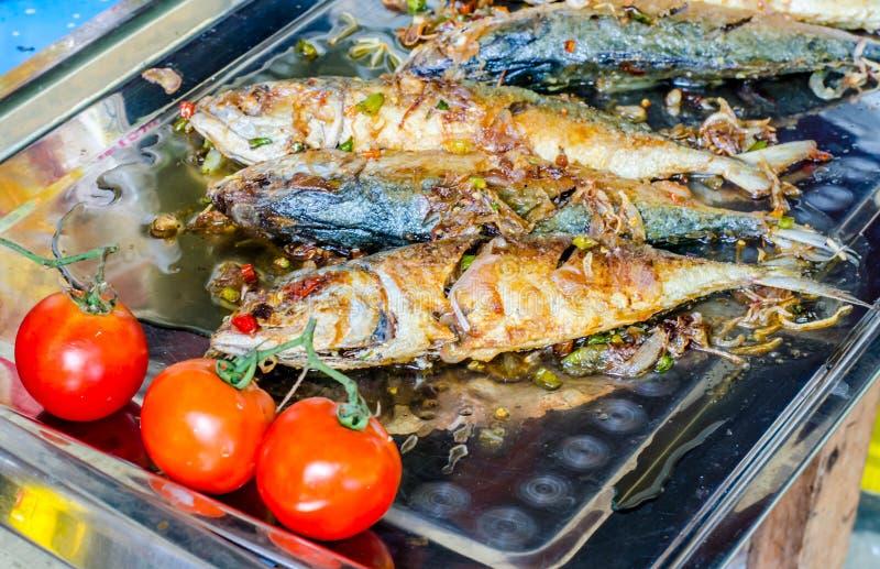 Зажаренные посоленные рыбы и красные potatos на плите стоковые фотографии rf