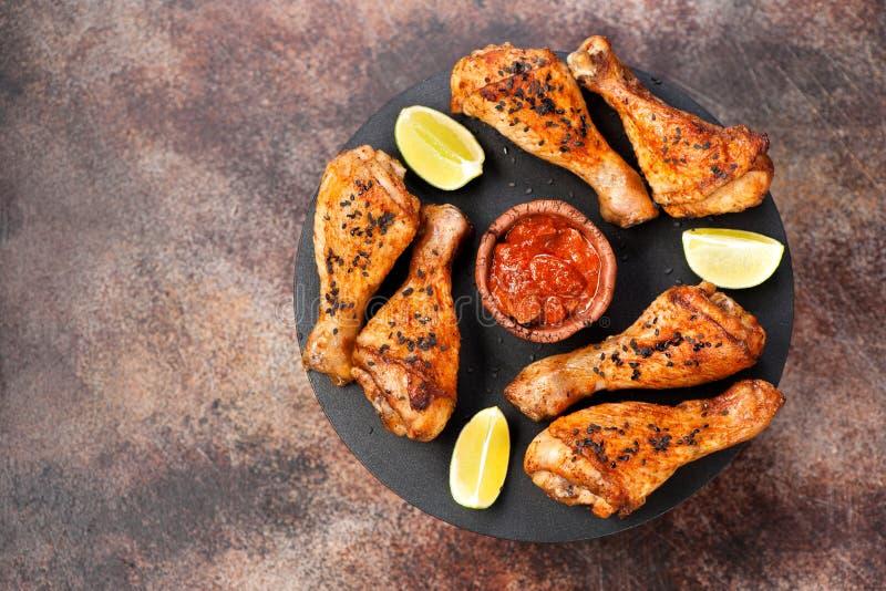 Зажаренные пряные drumsticks цыпленка с семенами сезама стоковые фото