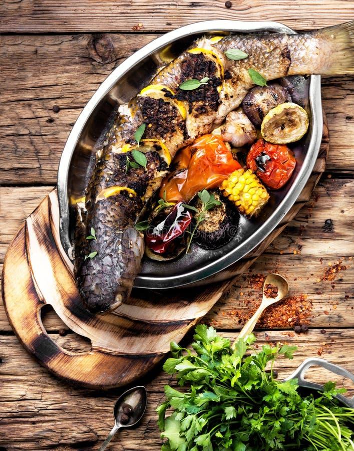 Зажаренные рыбы в подносе стоковая фотография