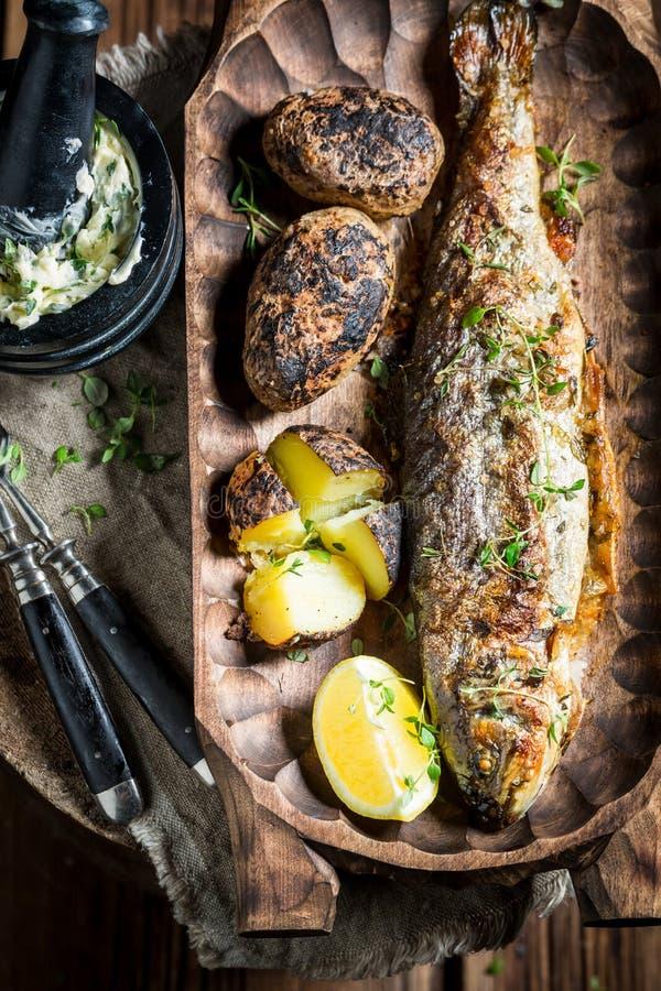 Зажаренные рыбы и картошки форели с картошкой и маслом стоковые фотографии rf