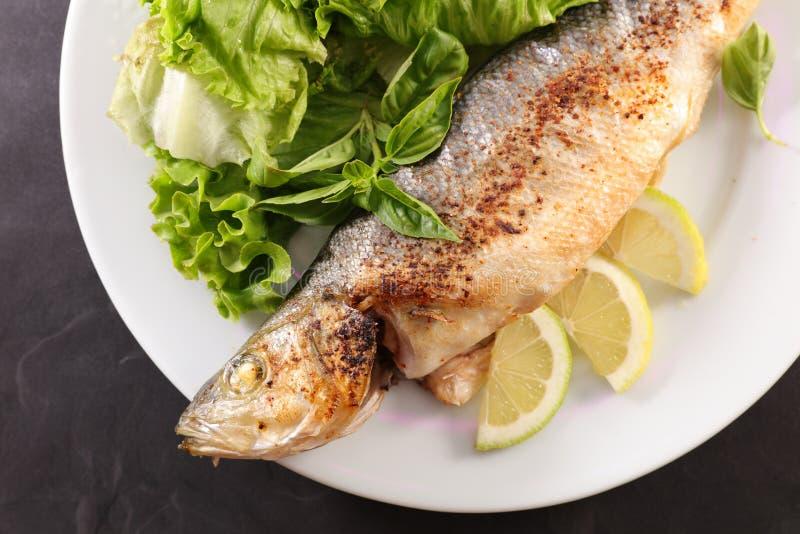 Зажаренные рыбы и салат стоковое изображение rf