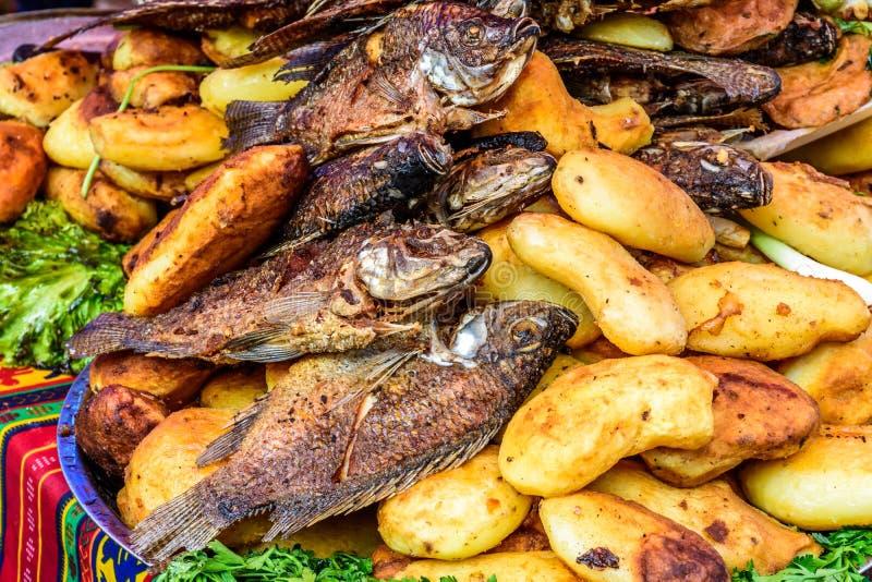 Зажаренные рыбы & картошки на streetside глохнут, Сантьяго Sacatepequez стоковые изображения