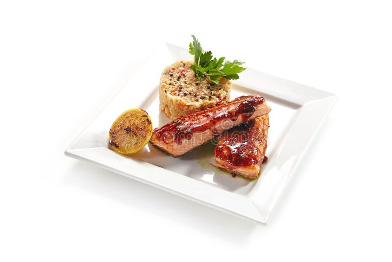 Зажаренные рыбы с овощами в взгляд сверху сладостного и кислого соуса стоковое фото