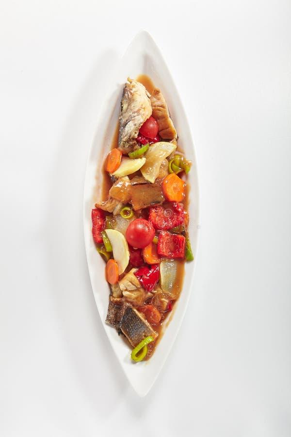 Зажаренные рыбы с овощами в взгляд сверху сладостного и кислого соуса стоковые фото