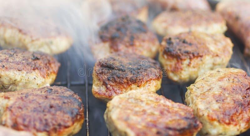 Download Зажаренные сосиски и фрикадельки Стоковое Фото - изображение насчитывающей вкусно, снаружи: 33725528