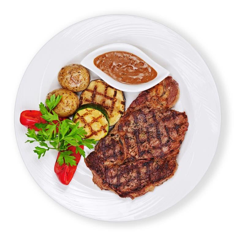 Download Зажаренные стейк, картошки и овощи изолированный на белой предпосылке Стоковое Изображение - изображение насчитывающей basilio, зажжено: 81814467