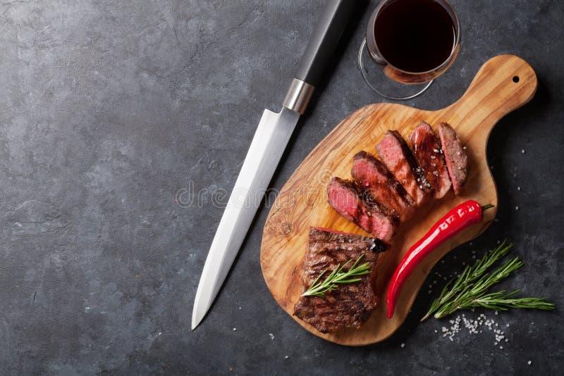 Зажаренные стейк striploin и красное вино стоковое фото