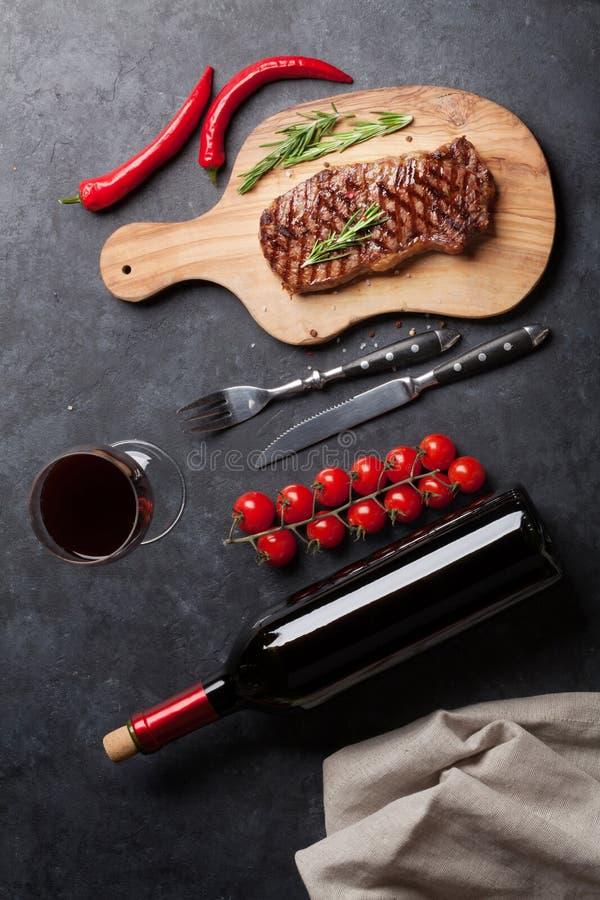Зажаренные стейк striploin и красное вино стоковое изображение