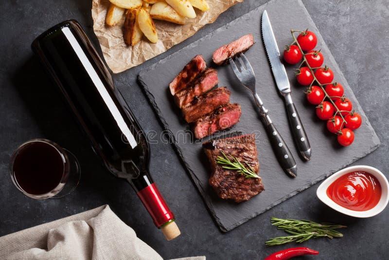 Зажаренные стейк striploin и красное вино стоковое изображение rf