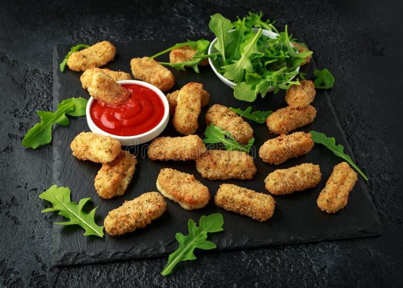 Зажаренные сырные палочки моццареллы в крошках с соусом кетчуп и дикими листьями ракеты стоковые изображения rf