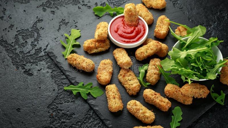 Зажаренные сырные палочки моццареллы в крошках с соусом кетчуп и дикими листьями ракеты стоковое фото rf