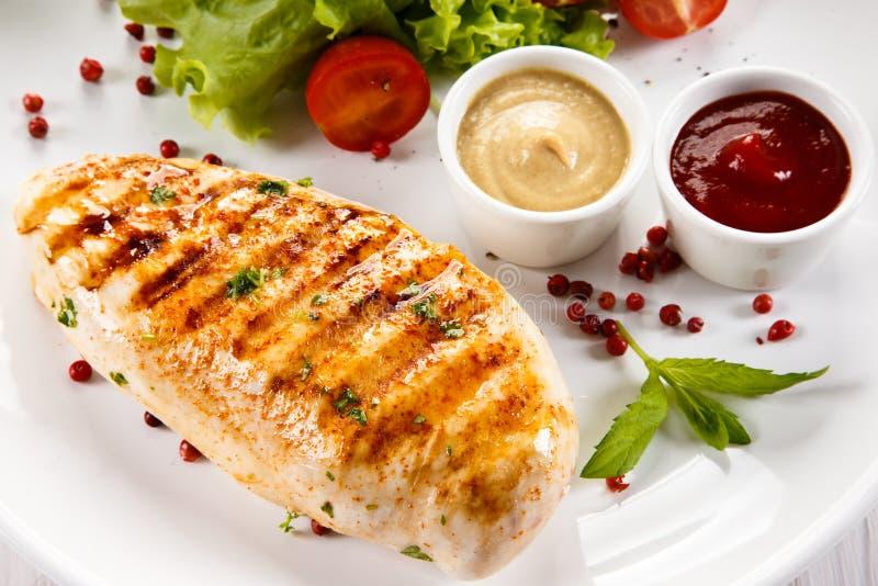 Зажаренные филе и овощи цыпленка стоковые изображения