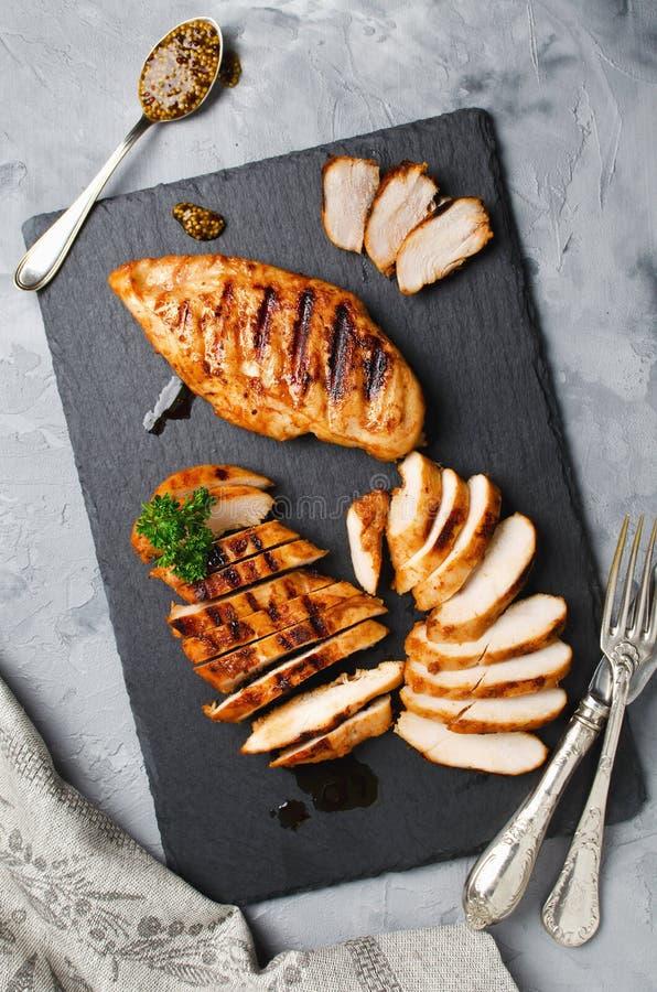 Зажаренные филе цыпленка в пряном маринаде стоковое изображение rf