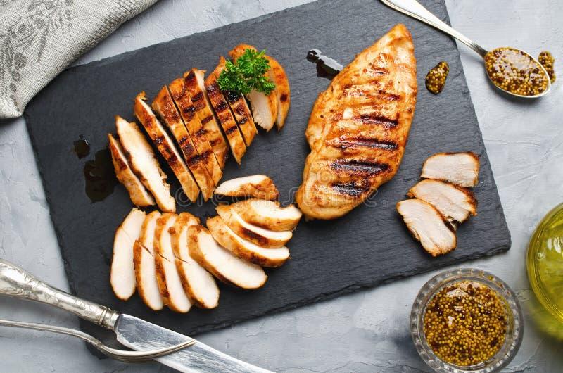 Зажаренные филе цыпленка в пряном маринаде стоковое фото rf