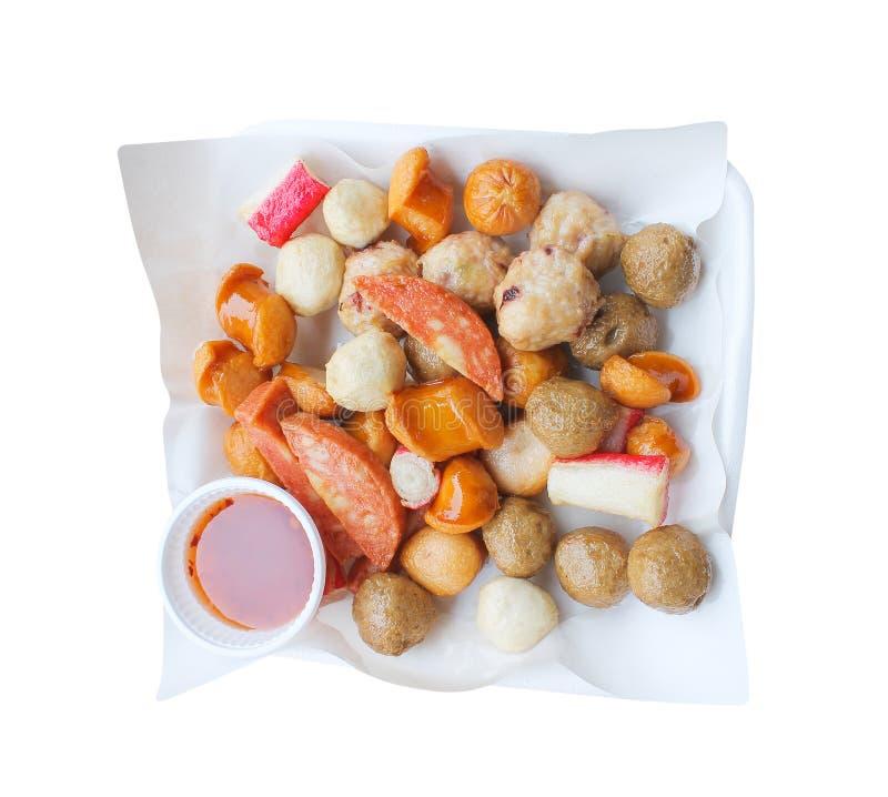 Зажаренные фрикадельки свинины и говядины, сосиска, ручки краба со сладким соусом на масле бюварной бумаги во взгляде сверху подн стоковые изображения rf