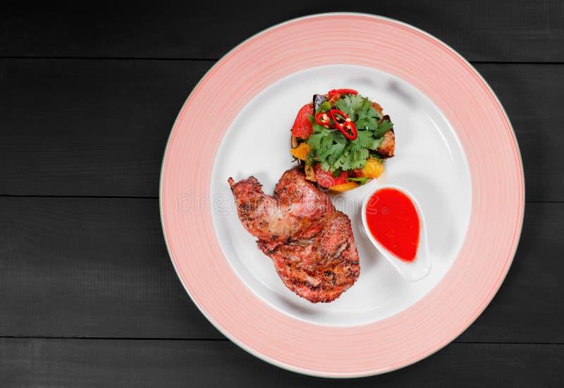 Зажаренные цыпленок и салат с зажаренными овощами в плите на темной деревянной предпосылке dishes горячее мясо Взгляд сверху, пло стоковые фотографии rf