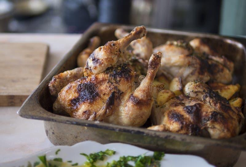 Зажаренные цыпленок и картошки стоковая фотография