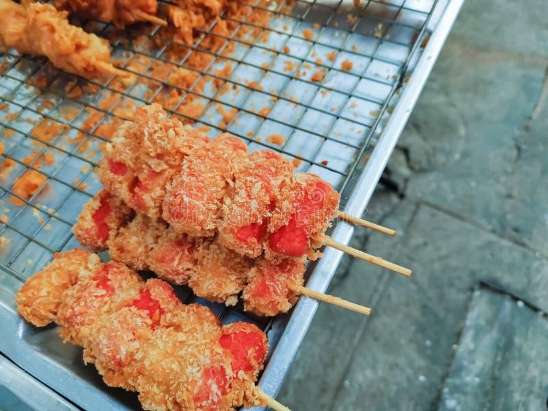 Зажаренные шарики и сосиски мяса на ручке, еде улицы в Таиланде стоковые изображения rf
