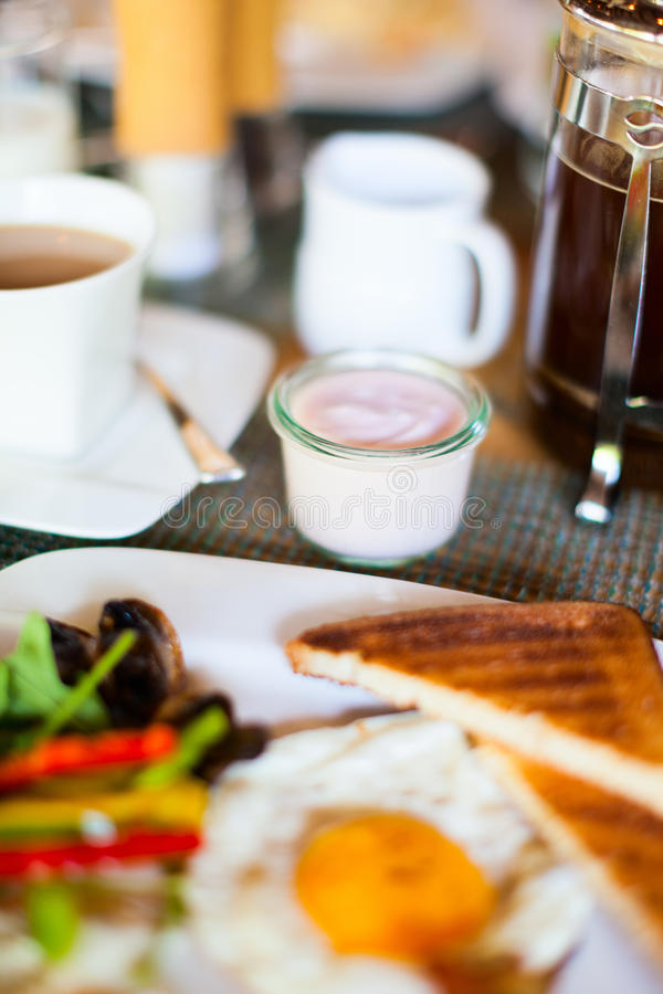 Download зажаренные яичка завтрака стоковое фото. изображение насчитывающей английско - 40576332