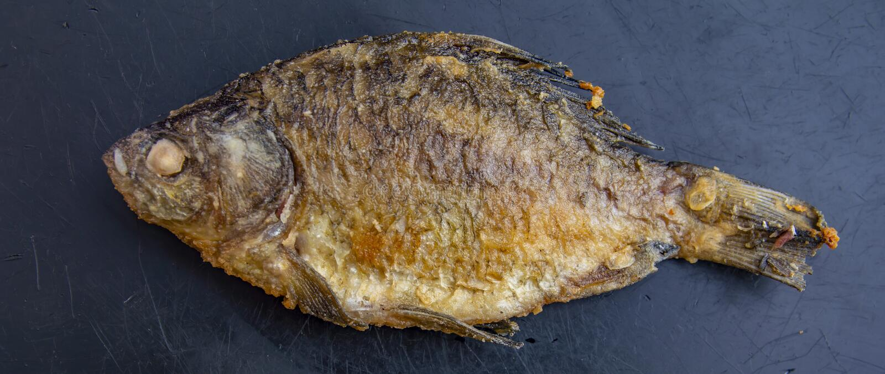 Зажаренные crucian рыбы на черной предпосылке стоковые изображения