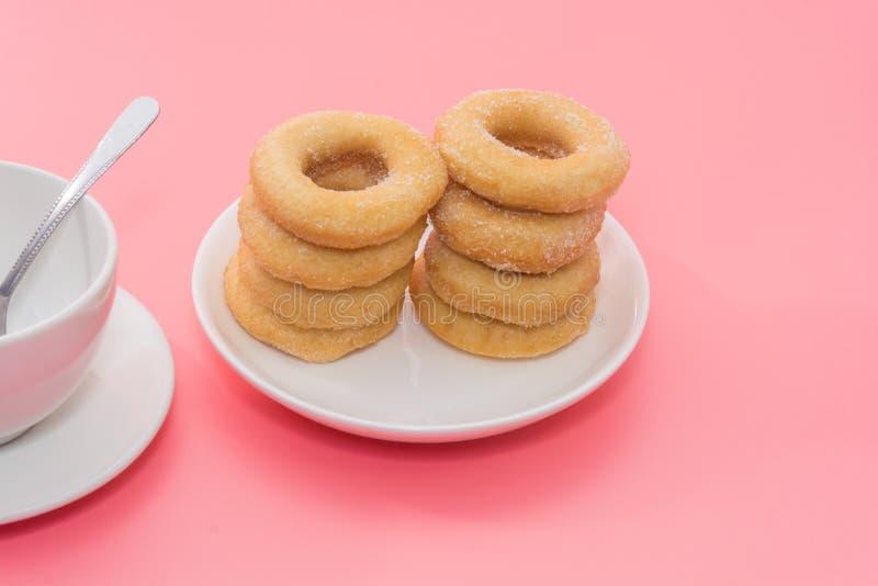 Зажаренные Donuts с отбензиниванием сахара стоковое фото rf