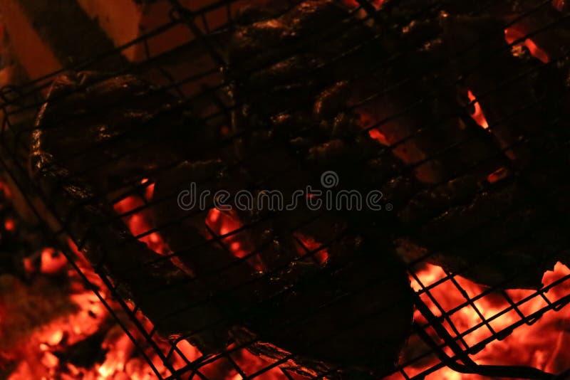 Зажаренные salmon стейки на гриле Гриль пламени огня Кухня ресторана и сада стоковое изображение