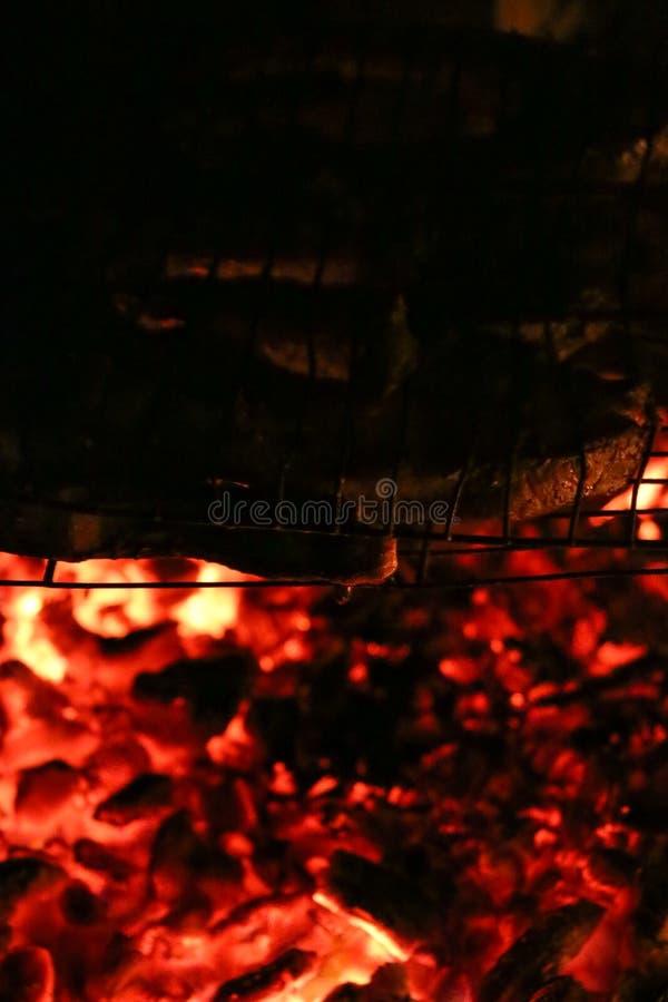 Зажаренные salmon стейки на гриле Гриль пламени огня Кухня ресторана и сада стоковые фото