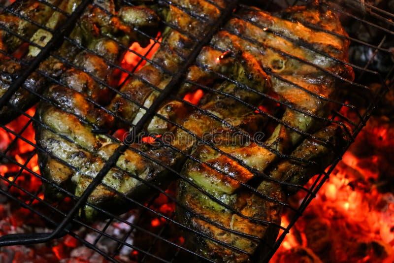 Зажаренные salmon стейки на гриле Гриль пламени огня Кухня ресторана и сада стоковая фотография