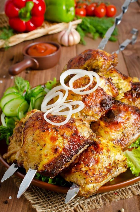 Зажаренный бедренных костей цыпленка на протыкальниках стоковая фотография