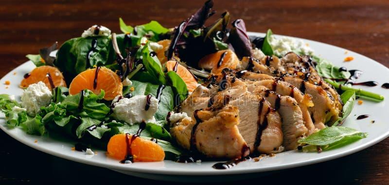 Зажаренный взгляд таблицы салата из курицы стоковая фотография