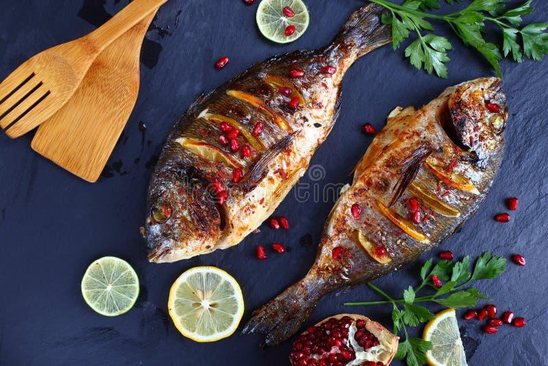 Зажаренный в духовке камень oin рыб пагра Gilthead стоковая фотография rf