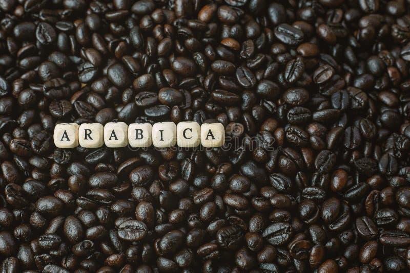 Зажаренный в духовке кофе и конец куба текста деревянный вверх по изображению стоковые изображения