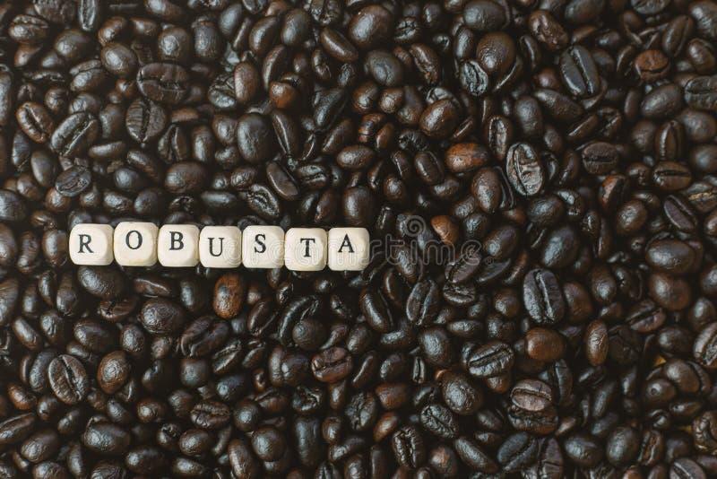 Зажаренный в духовке кофе и конец куба текста деревянный вверх по изображению стоковая фотография