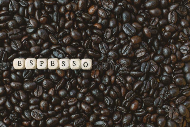 Зажаренный в духовке кофе и конец куба текста деревянный вверх по изображению стоковое изображение