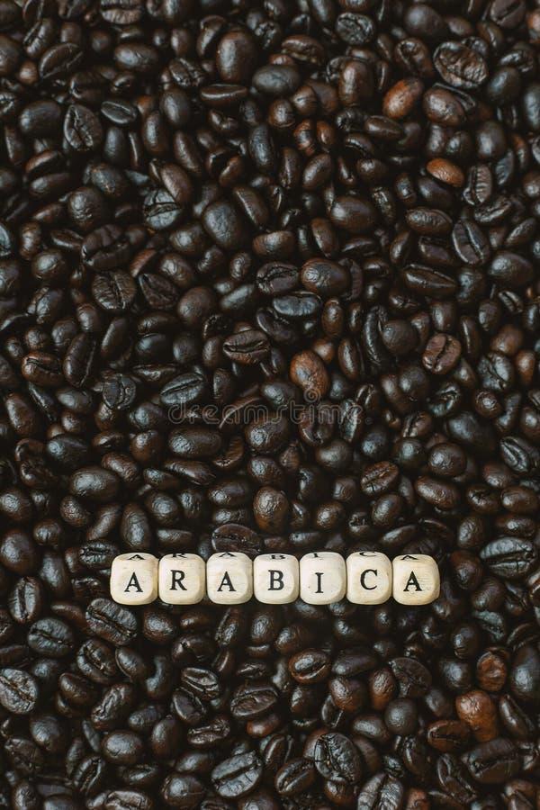 Зажаренный в духовке кофе и конец куба текста деревянный вверх по изображению стоковые фото