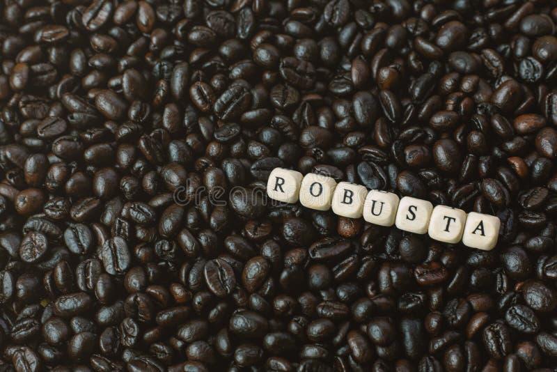 Зажаренный в духовке кофе и конец куба текста деревянный вверх по изображению стоковое фото
