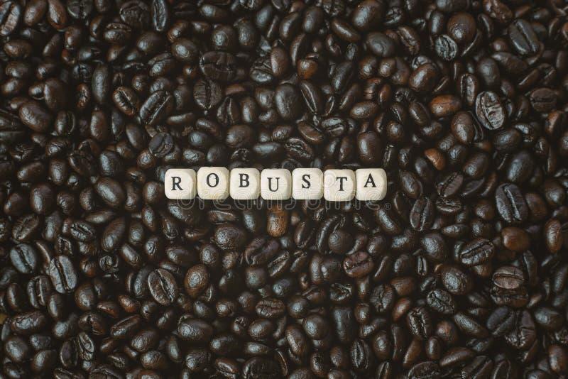 Зажаренный в духовке кофе и конец куба текста деревянный вверх по изображению стоковое фото rf