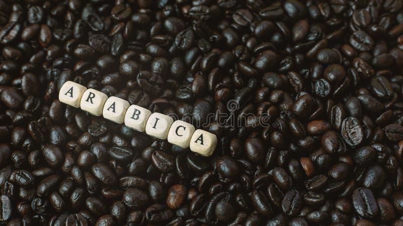 Зажаренный в духовке кофе и конец куба текста деревянный вверх по изображению стоковое изображение rf