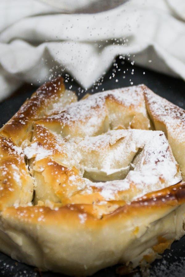 Зажаренный в духовке торт с тыквой и напудренным сахаром стоковые изображения