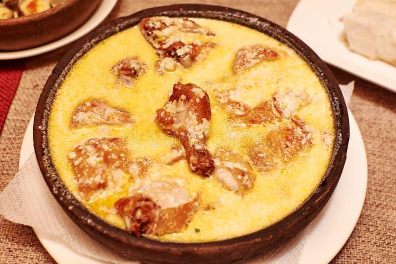 Зажаренный в духовке цыпленк цыпленок с сметанообразным соусом стоковые фотографии rf