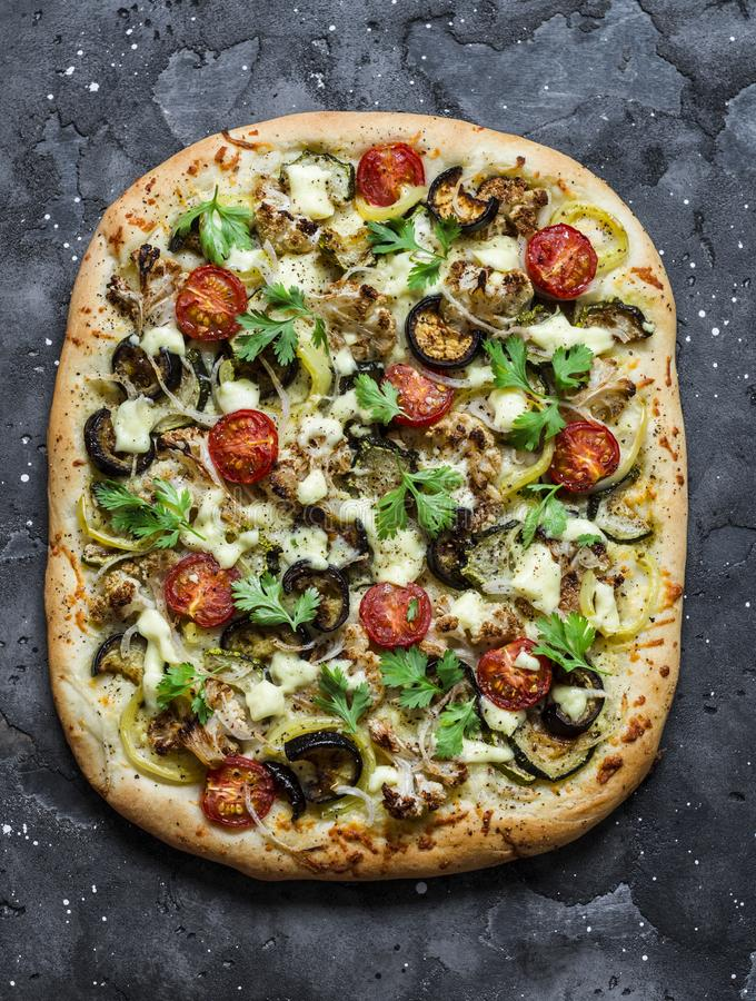 Зажаренный в духовке flatbread на темной предпосылке, взгляд сверху овощей вегетарианский Цветная капуста, баклажан, томат, пицца стоковое изображение rf