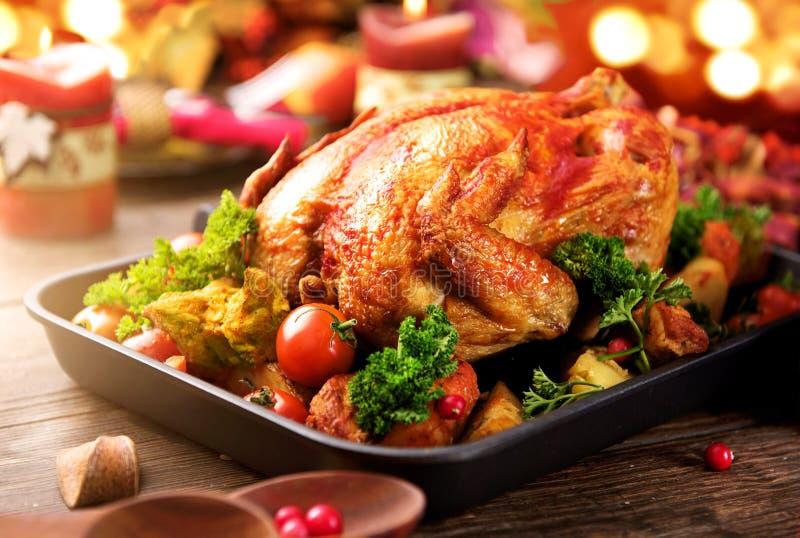 Зажаренный в духовке индюк гарнированный с картошкой Благодарение или рождественский ужин стоковая фотография