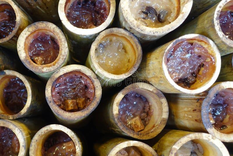 Зажаренный в духовке сладостный липкий рис с fillin молока и семени кокоса в бамбуке Селективный фокус стоковая фотография