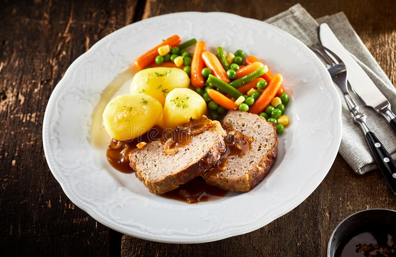 Зажаренный в духовке хлебец мяса свинины и говядины с овощами стоковая фотография rf