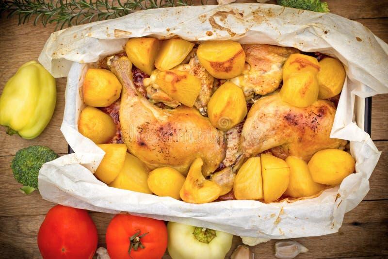 Зажаренный в духовке цыпленк цыпленок и испеченные картошки стоковая фотография
