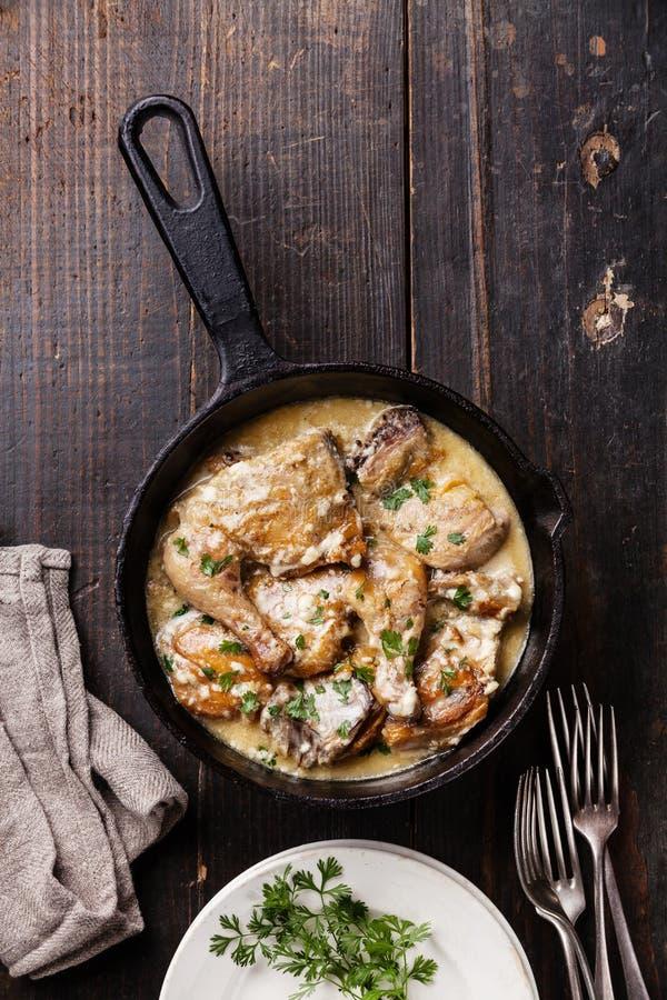 Зажаренный в духовке цыпленк цыпленок с сметанообразным соусом чеснока стоковые изображения