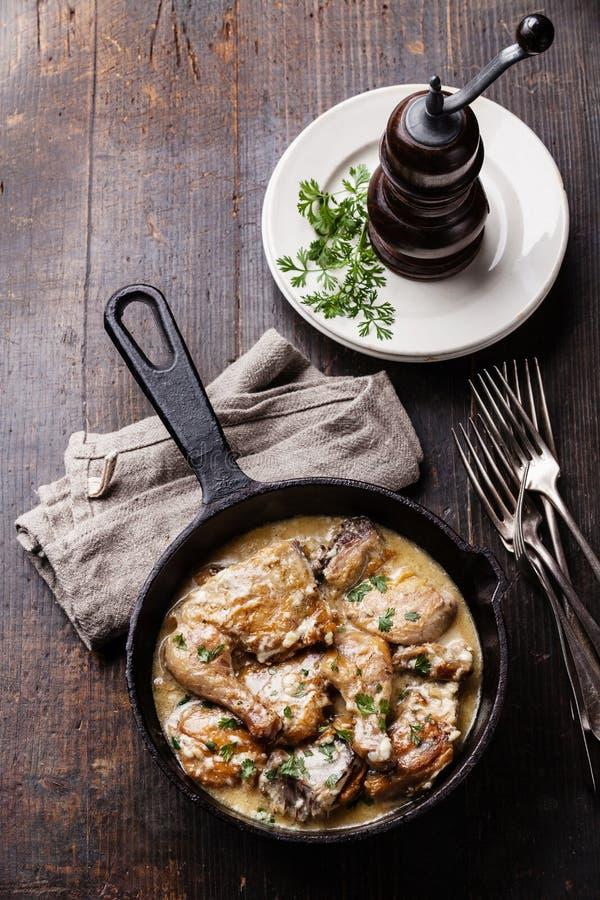 Зажаренный в духовке цыпленк цыпленок с сметанообразным соусом чеснока стоковые фото